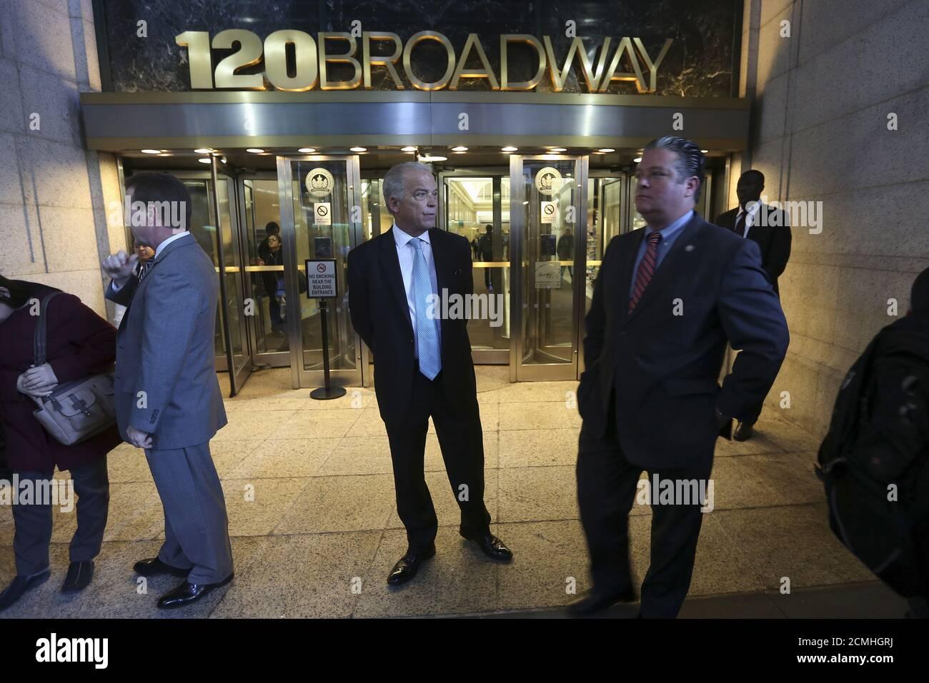 Le personnel de sécurité est en garde tandis que des gens (non représentés) protestent devant le bureau du procureur général de New York Eric Schneiderman suite à sa décision de fermer les sites sportifs de fantaisie FanDuel et Referrings, dans le quartier de Manhattan à New York le 13 novembre 2015. REUTERS/Carlo Allegri Banque D'Images