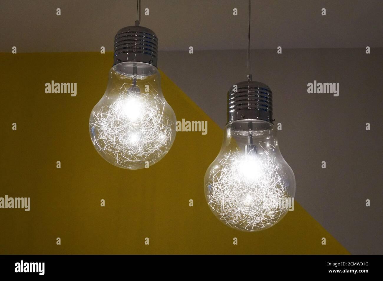deux lustres en feu sous forme d'ampoules ordinaires le plafond Banque D'Images