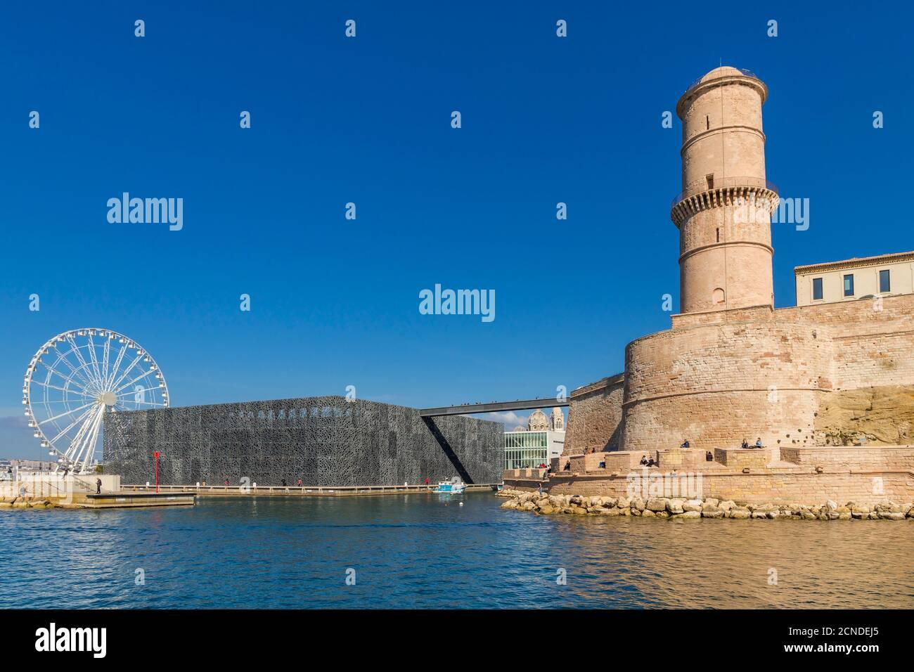 Vue depuis un bateau d'excursion jusqu'au bâtiment MuCEM et à la tour de la forteresse Saint Jean, Marseille, Bouches du Rhône, Provence, France Banque D'Images