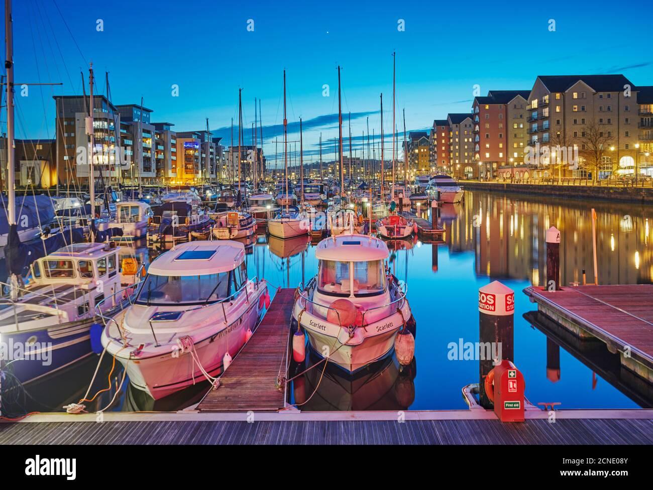 Vue au crépuscule sur le port et la marina modernisés de Portishead, près de Bristol, dans le Somerset, en Angleterre, au Royaume-Uni, en Europe Banque D'Images