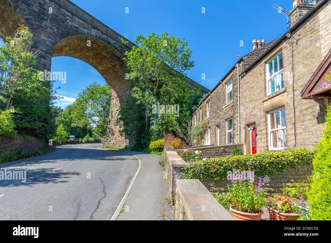 Vue sur le viaduc ferroviaire et les chalets de Chapel Milton, Derbyshire, Angleterre, Royaume-Uni, Europe Banque D'Images