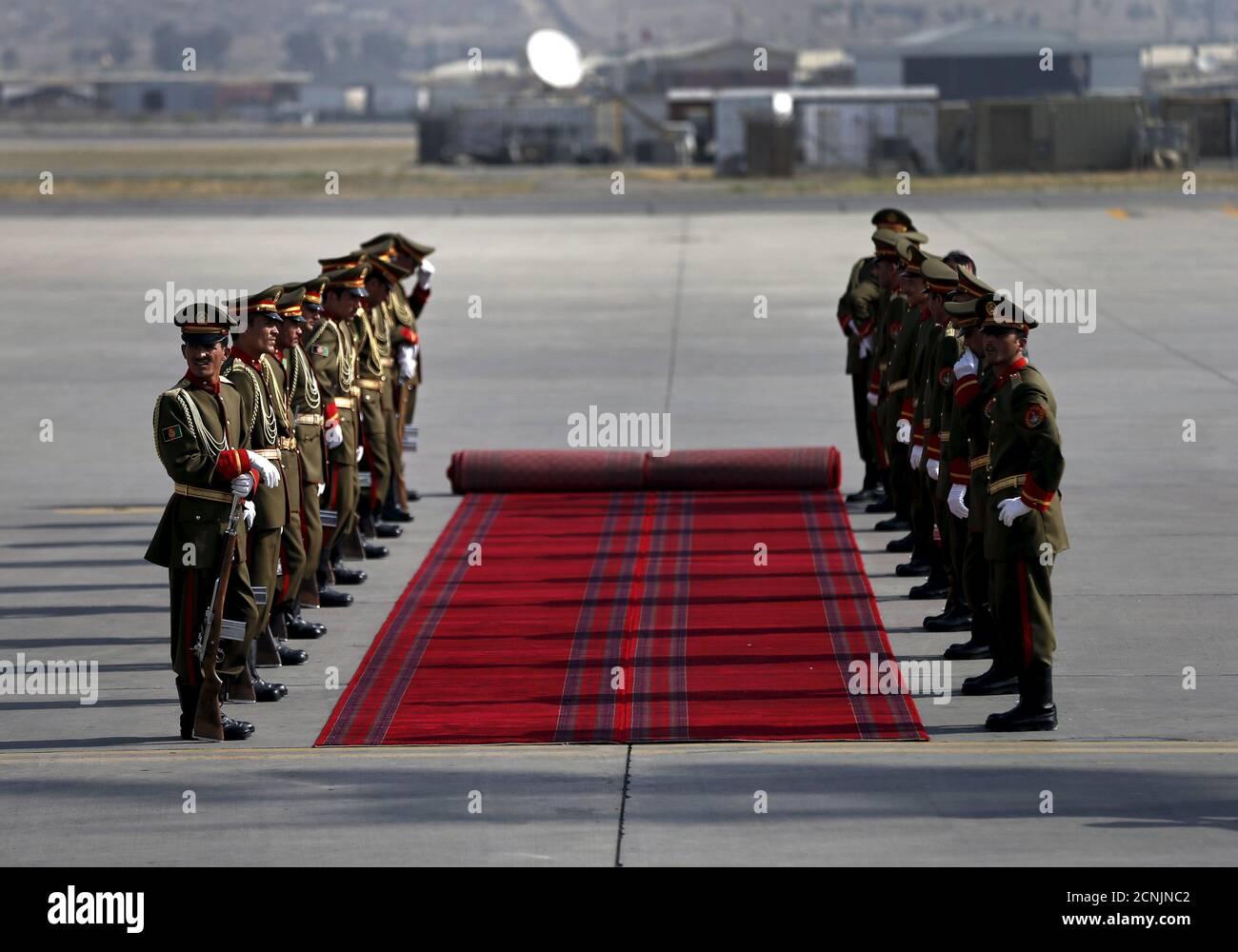 Les membres de la garde d'honneur afghane attendent le président du Turkménistan, Kurbanguly Berdymukhamedov, lors d'une cérémonie d'arrivée à l'aéroport international Hamid Karzaï de Kaboul, en Afghanistan, le 27 août 2015. REUTERS/Mohammad Ismail Banque D'Images