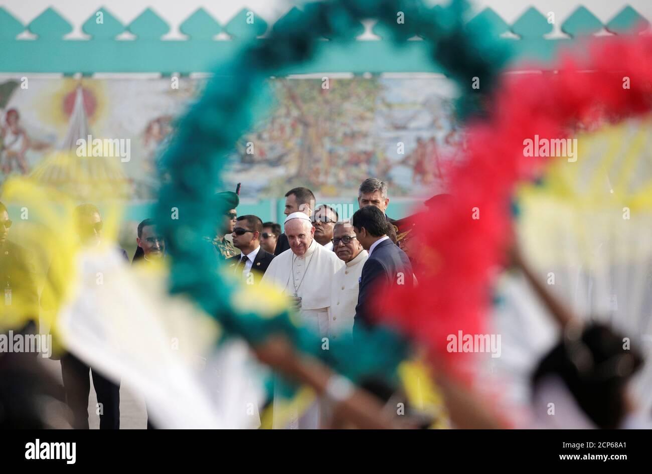 Le pape François assiste à une cérémonie de bienvenue avec le président du Bangladesh, Abdul Hamid, après son arrivée à l'aéroport de Dhaka, au Bangladesh, le 30 novembre 2017. REUTERS/Max Rossi Banque D'Images