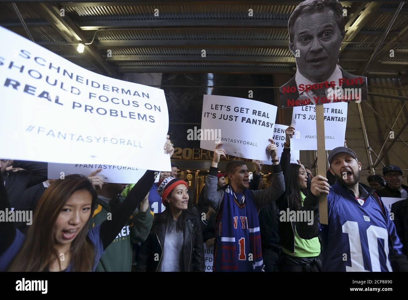 Des gens protestent devant le bureau du procureur général de New York Eric Schneiderman à la suite de sa décision de fermer les sites sportifs de fantaisie FanDuel et ReferrKings, dans le quartier de Manhattan à New York le 13 novembre 2015. REUTERS/Carlo Allegri Banque D'Images