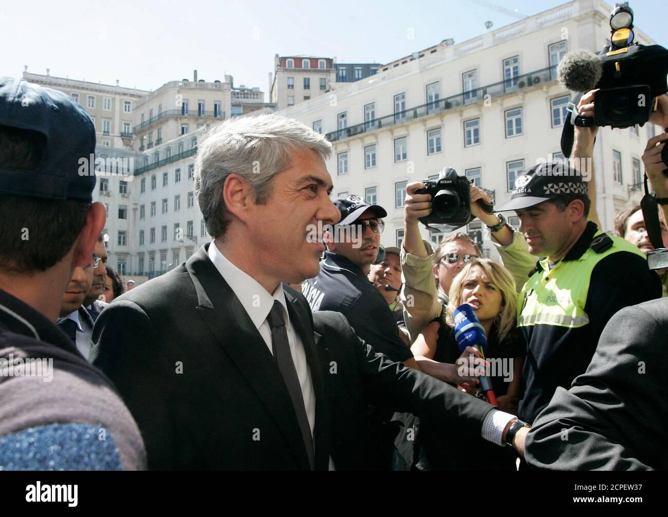Le Premier ministre portugais José Socrates (C) arrive à la suite du prix Nobel de littérature portugais José Saramago à l'hôtel de ville de Lisbonne le 19 juin 2010. Saramago est mort dans sa maison sur l'île espagnole de Lanzarote, âgée de 87 ans, le 18 juin. REUTERS/Hugo Correia (PORTUGAL - Tags: SOCIÉTÉ POLITIQUE NÉCROLOGIQUE) Banque D'Images