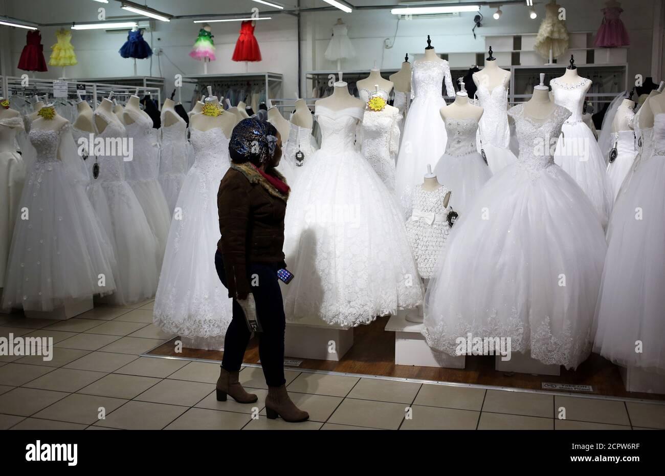 Un client passe devant des robes de mariée dans une boutique de mariée ih Johannesburg, Afrique du Sud le 14 mai 2018. REUTERS/Siphiwe Sibeko Banque D'Images