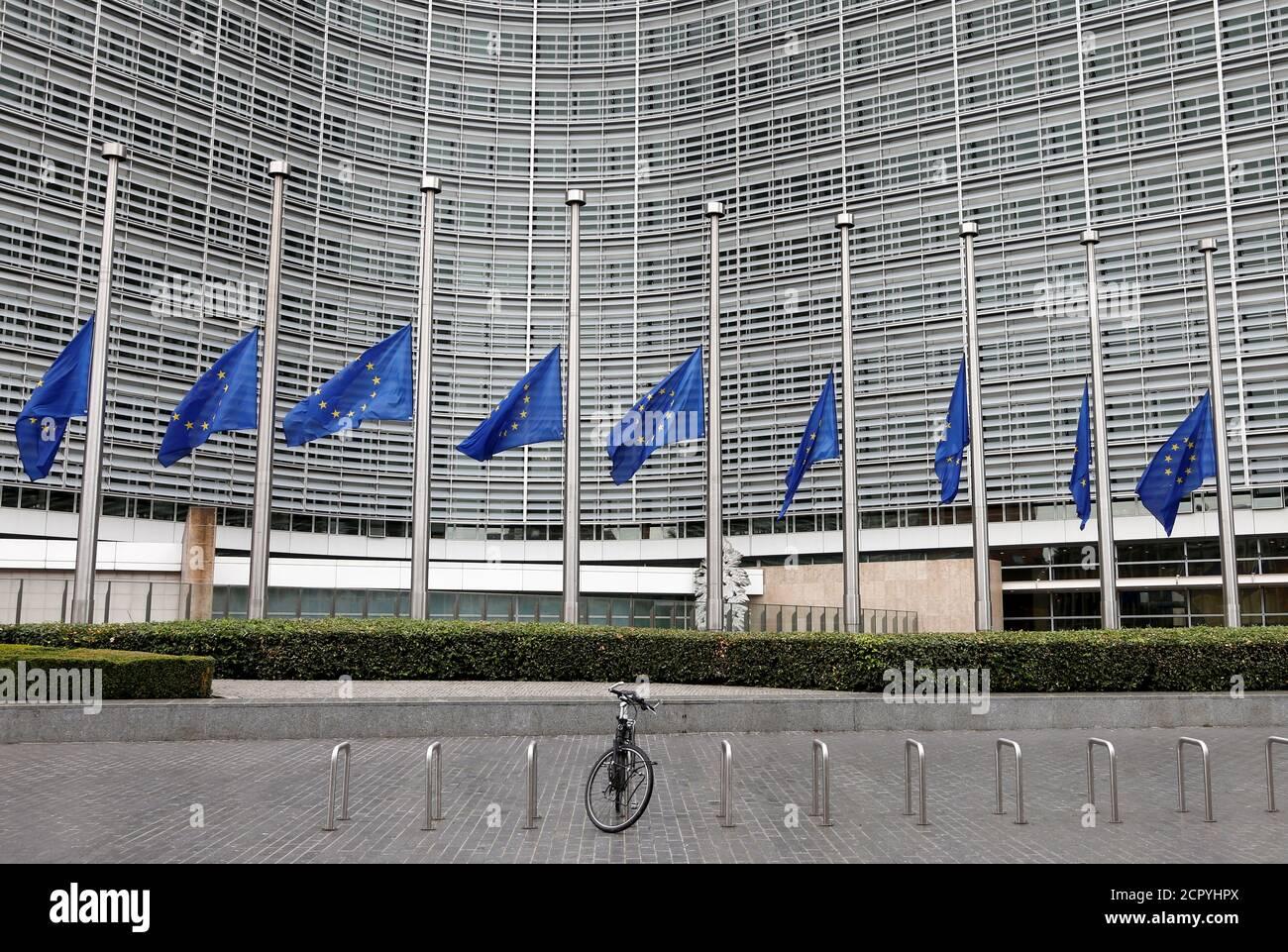 Les drapeaux de l'Union européenne sont abaissés en Berne en l'honneur des victimes de l'attaque de Barcelone, devant le siège de la Commission européenne à Bruxelles, Belgique, le 18 août 2017. REUTERS/François Lenoir Banque D'Images