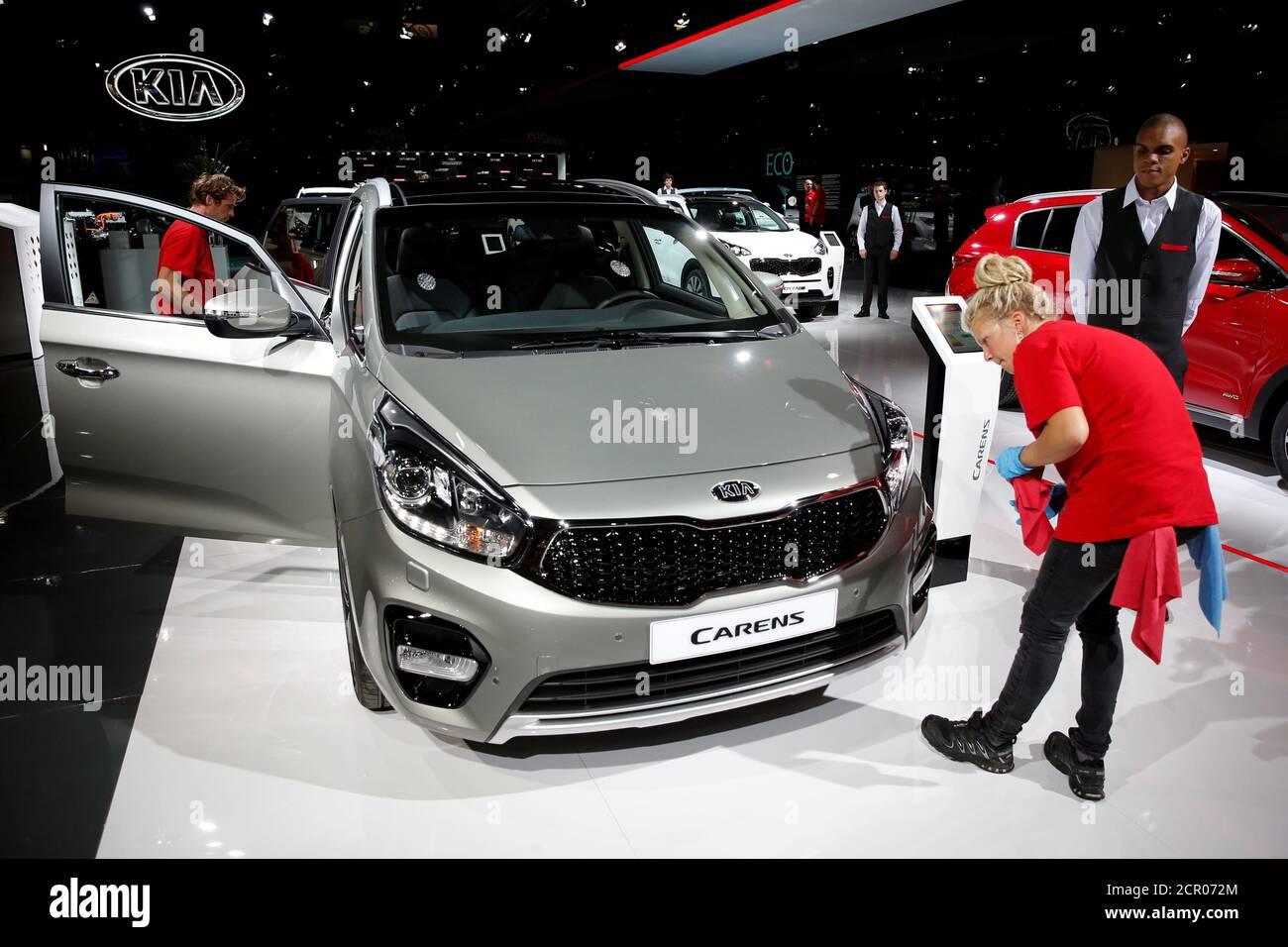 Le Kia Carens est exposé lors de la journée des médias au salon de l'auto de Paris, à Paris, en France, le 29 septembre 2016. REUTERS/Benoit Tessier Banque D'Images