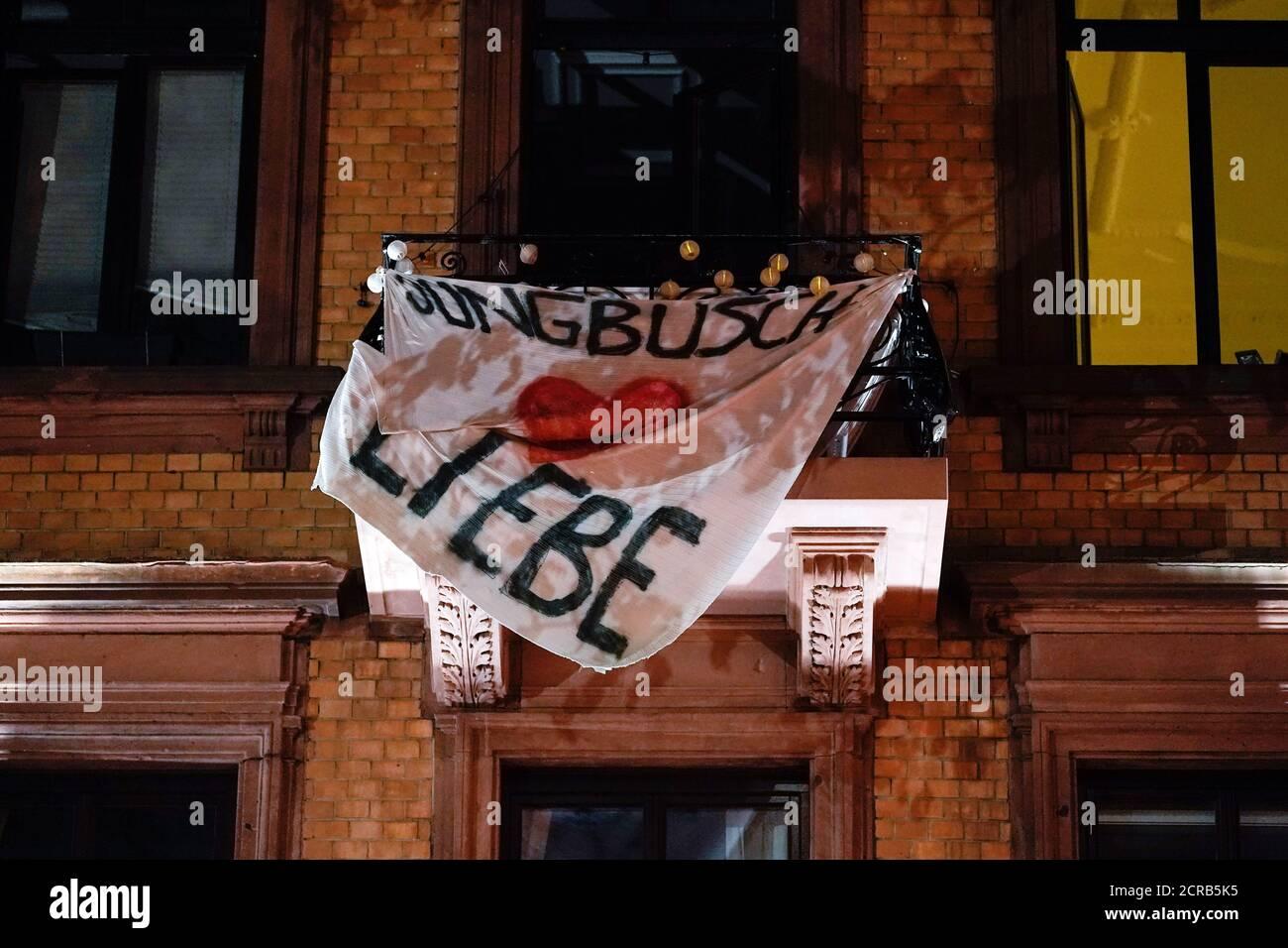 Mannheim, Allemagne. 18 septembre 2020. Une bannière avec l'inscription 'Jungbusch Liebe' est suspendue sur le balcon d'une maison dans le quartier de Jungbusch. Dans le quartier du parti Jungbusch, les intérêts des résidents, des traiteurs et des fêtards se heurtent. Les employés du projet 'Nachtschicht' sont censés prévenir et désamorcer les conflits. (À dpa-KORR de 20.09.2020) Credit: Uwe Anspach/dpa/Alamy Live News Banque D'Images