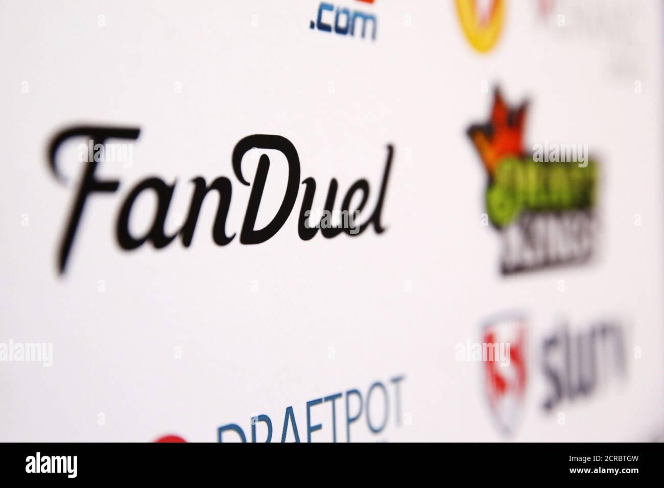 Un logo FanDuel est affiché sur un tableau à l'intérieur de la DFS Players Conference à New York le 13 novembre 2015. REUTERS/Lucas Jackson Banque D'Images