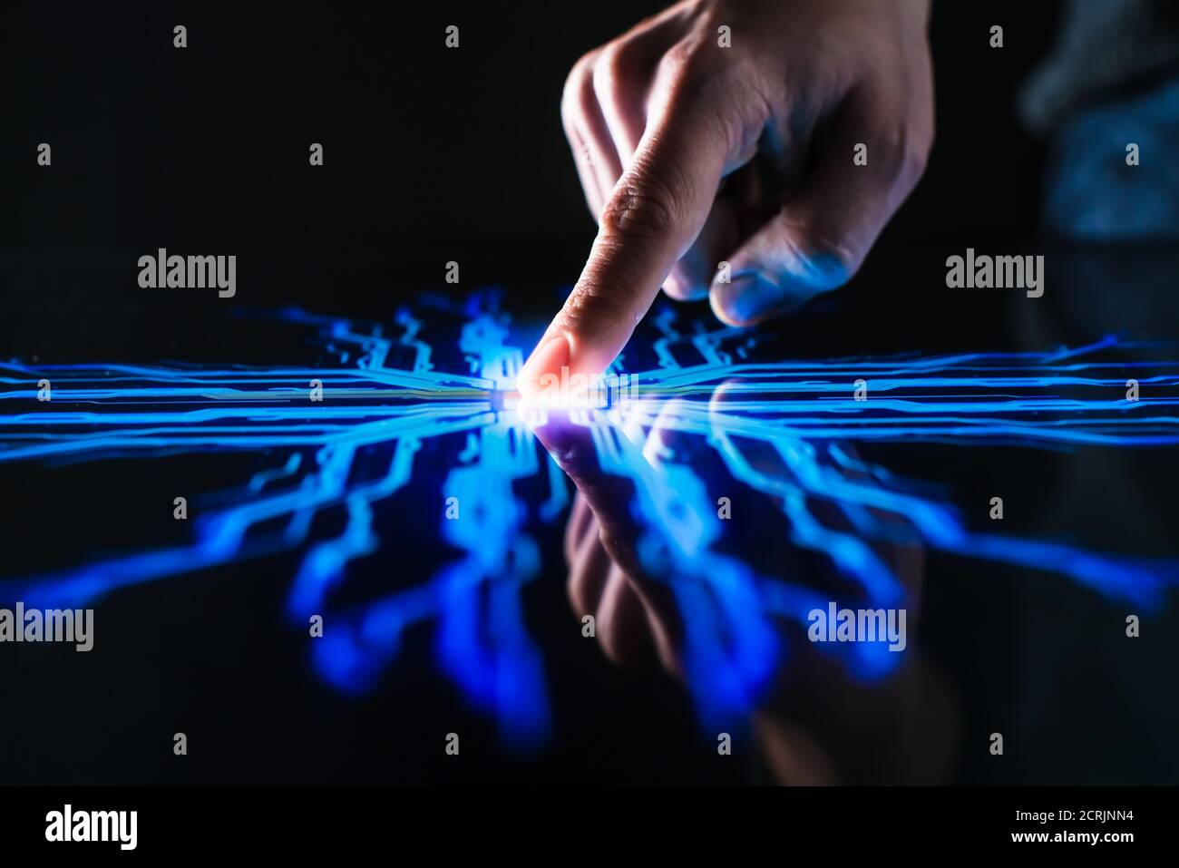 Concept de numérisation : le doigt humain appuie sur le bouton de l'écran tactile et active l'intelligence artificielle futuriste. Visualisation de l'apprentissage machine Banque D'Images
