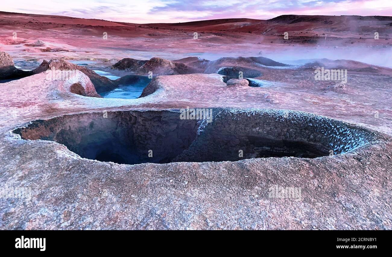 Unique vallée géothermique sol de Manana en Bolivie. Cratère. Fumarale. Banque D'Images