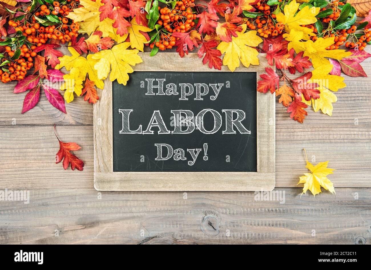 Bonne fête du travail ! Arrière-plan d'automne avec feuilles colorées et tableau noir Banque D'Images