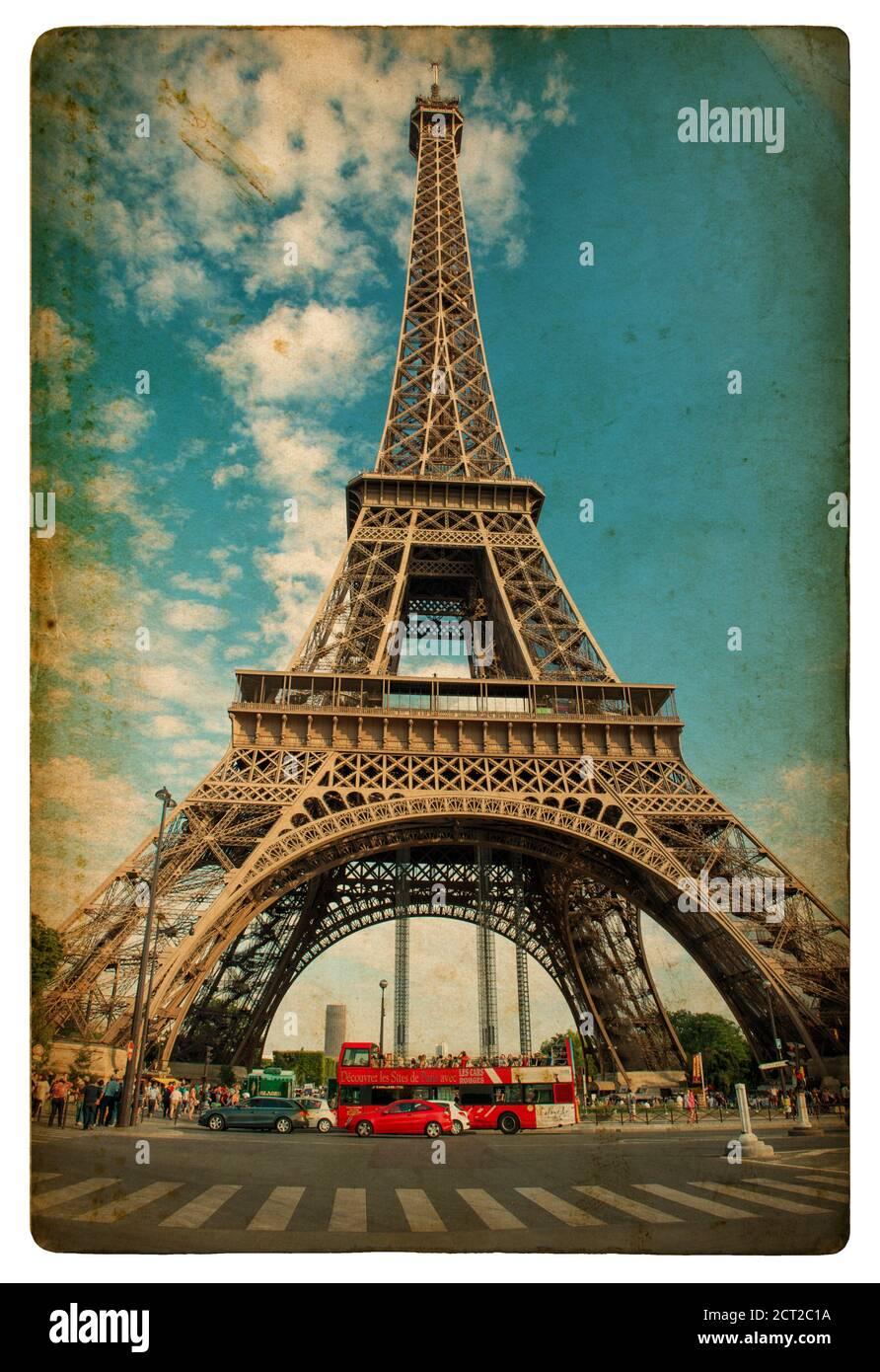 La Tour Eiffel (la Tour Eiffel) à Paris sur un ciel bleu nuageux. Image de style vintage Banque D'Images