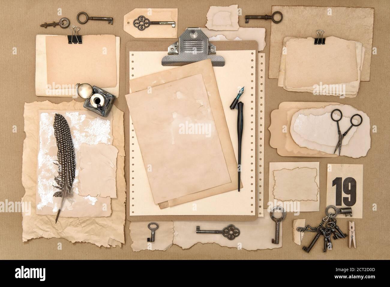 Presse-papiers avec du papier usagé, des outils de scrapbooking et d'écriture Banque D'Images