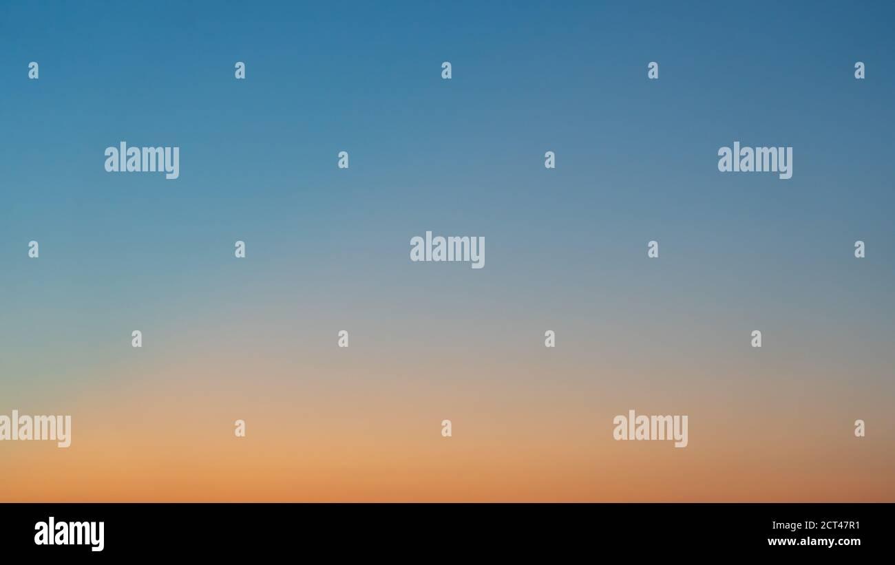 Ciel clair colorés avec pas de nuages au crépuscule après le coucher du soleil. Banque D'Images