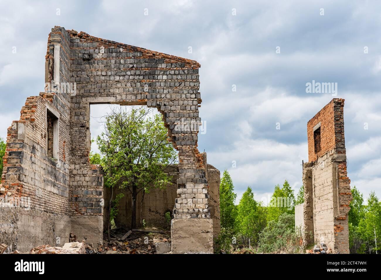 Les ruines des maisons. Murs de briques. Épaissir les ruines Banque D'Images