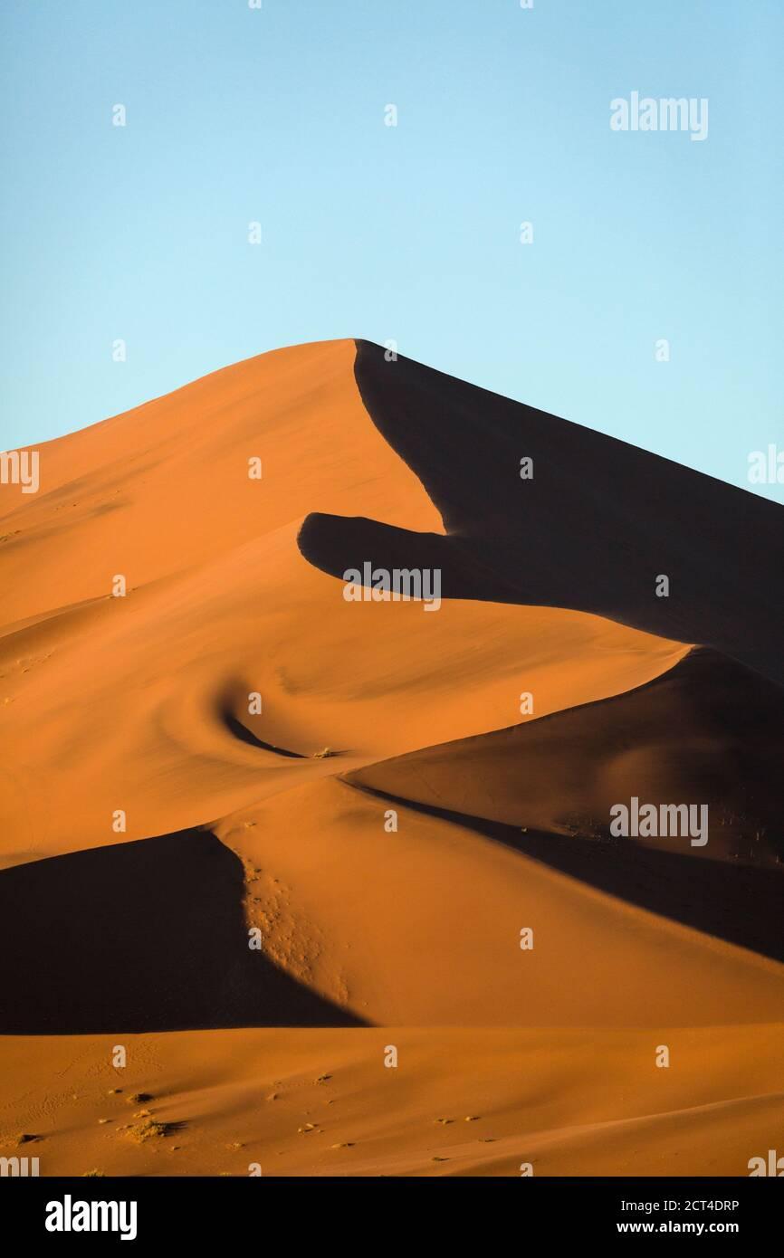 Dunes de sable rouge sous la lumière du matin à Sossusvlei, Namibie. Banque D'Images
