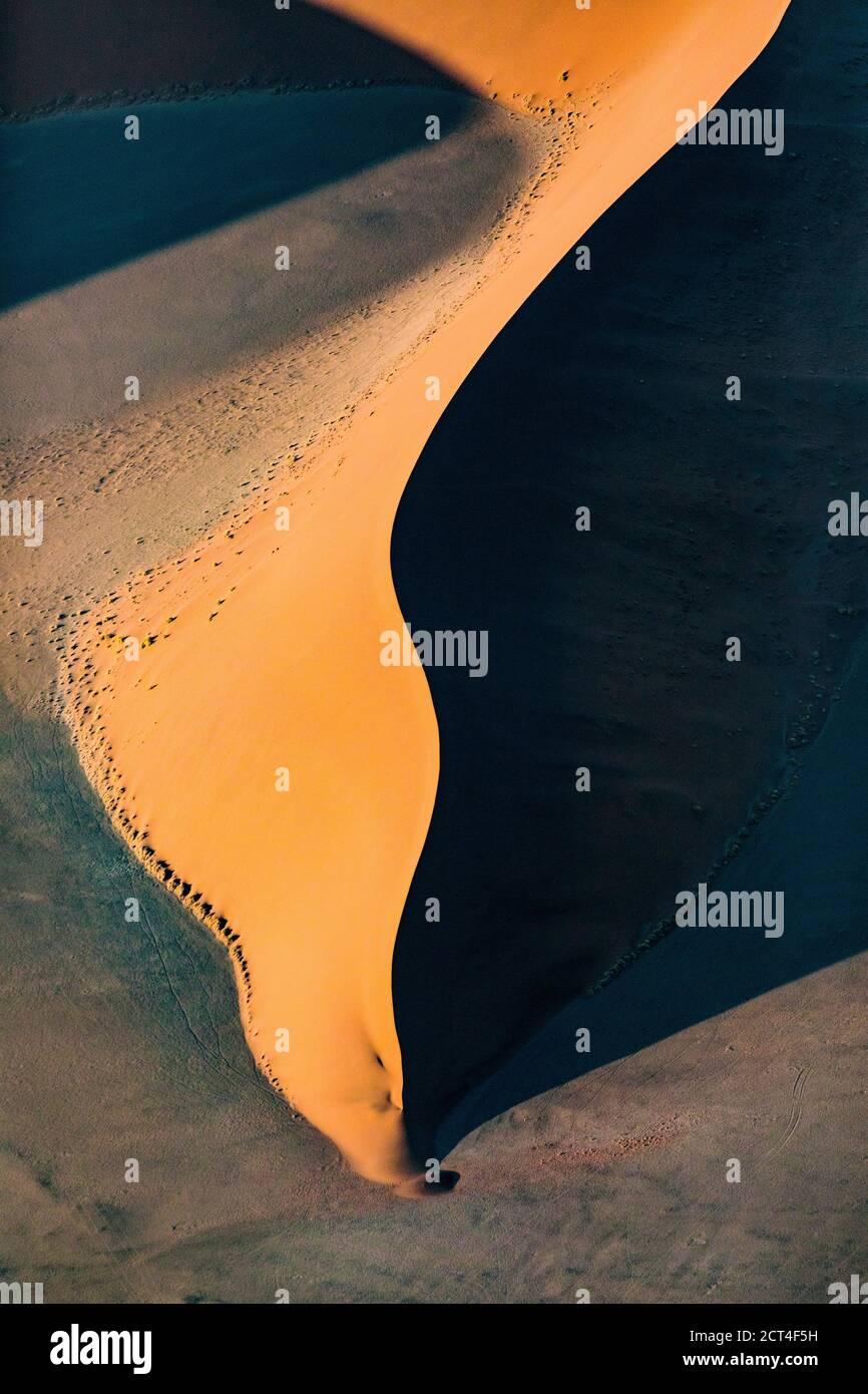 Résumé contrasté des dunes de sable rouge riches en oxyde dans la grande mer de sable de Namibie. Banque D'Images