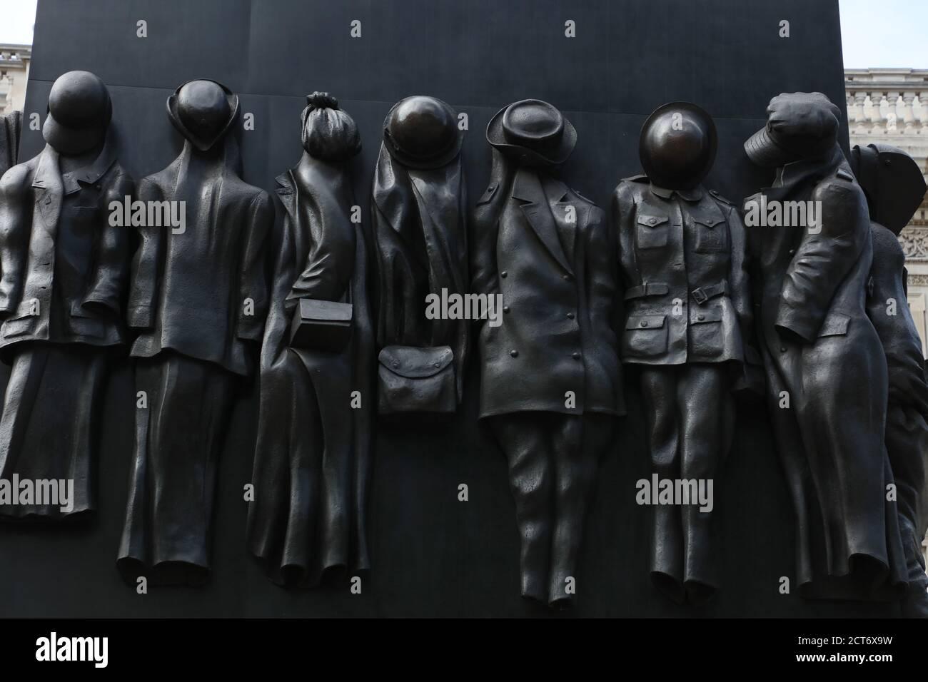 Un gros plan du monument de la guerre en hommage au rôle joué par les femmes pendant la Seconde Guerre mondiale est vu sur Whitehall, Londres, Royaume-Uni. Banque D'Images