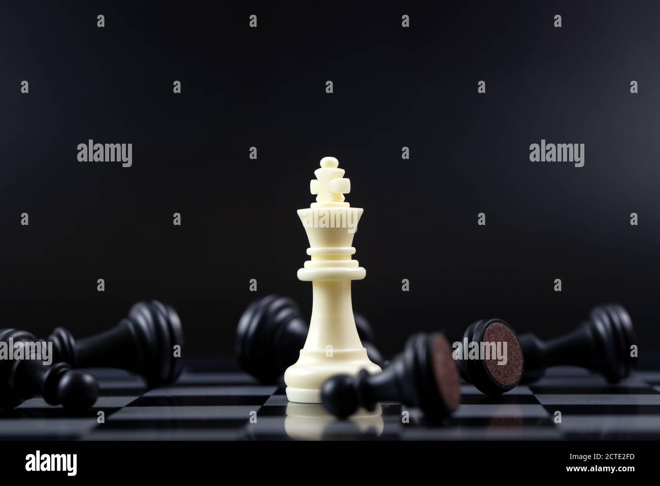 Dernière pièce d'échecs blanche de roi debout pour le concept gagnant d'affaires Banque D'Images