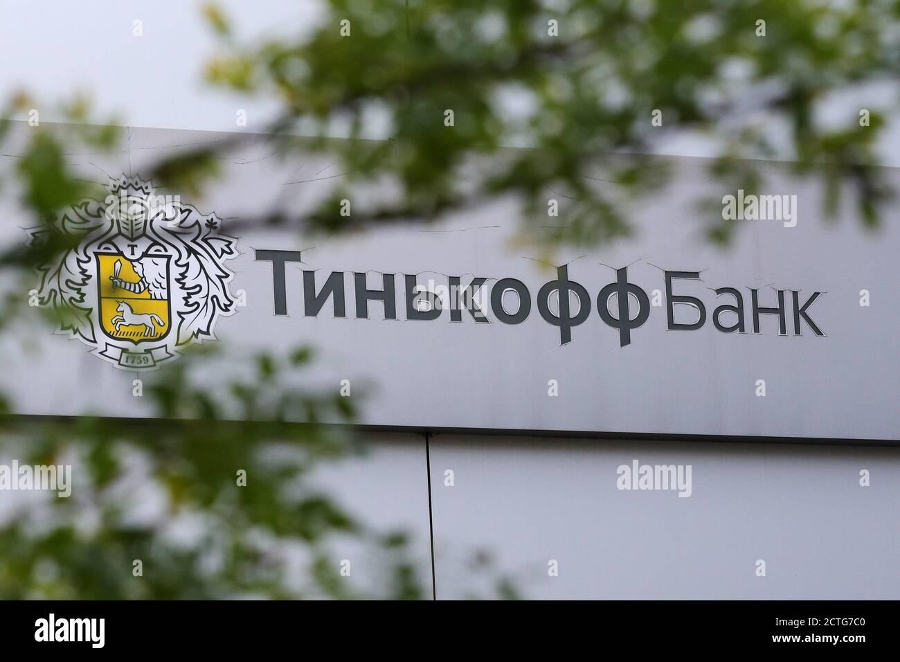 Moscou, Russie. 23 septembre 2020. Vue sur l'enseigne au-dessus d'une succursale de la banque Tinkoff. Yandex est actuellement en pourparlers avec TCS Group pour acheter la Tinkoff Bank, la plus grande banque en ligne au monde. Credit: Sergei Bobylev/TASS/Alay Live News Banque D'Images