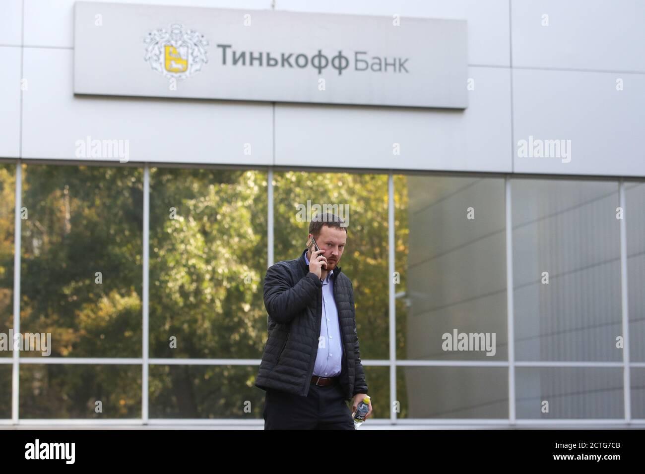Moscou, Russie. 23 septembre 2020. Un homme se tient à l'extérieur d'une succursale de la Tinkoff Bank. Yandex est actuellement en pourparlers avec TCS Group pour acheter la Tinkoff Bank, la plus grande banque en ligne au monde. Credit: Sergei Bobylev/TASS/Alay Live News Banque D'Images