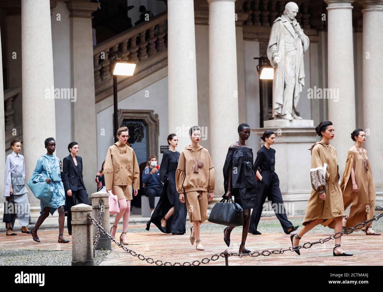 Les modèles présentent des créations de la collection Max Mara Printemps/été 2021 pour femmes pendant la semaine de la mode à Milan, Italie, le 24 septembre 2020. REUTERS/Alessandro Garofalo Banque D'Images