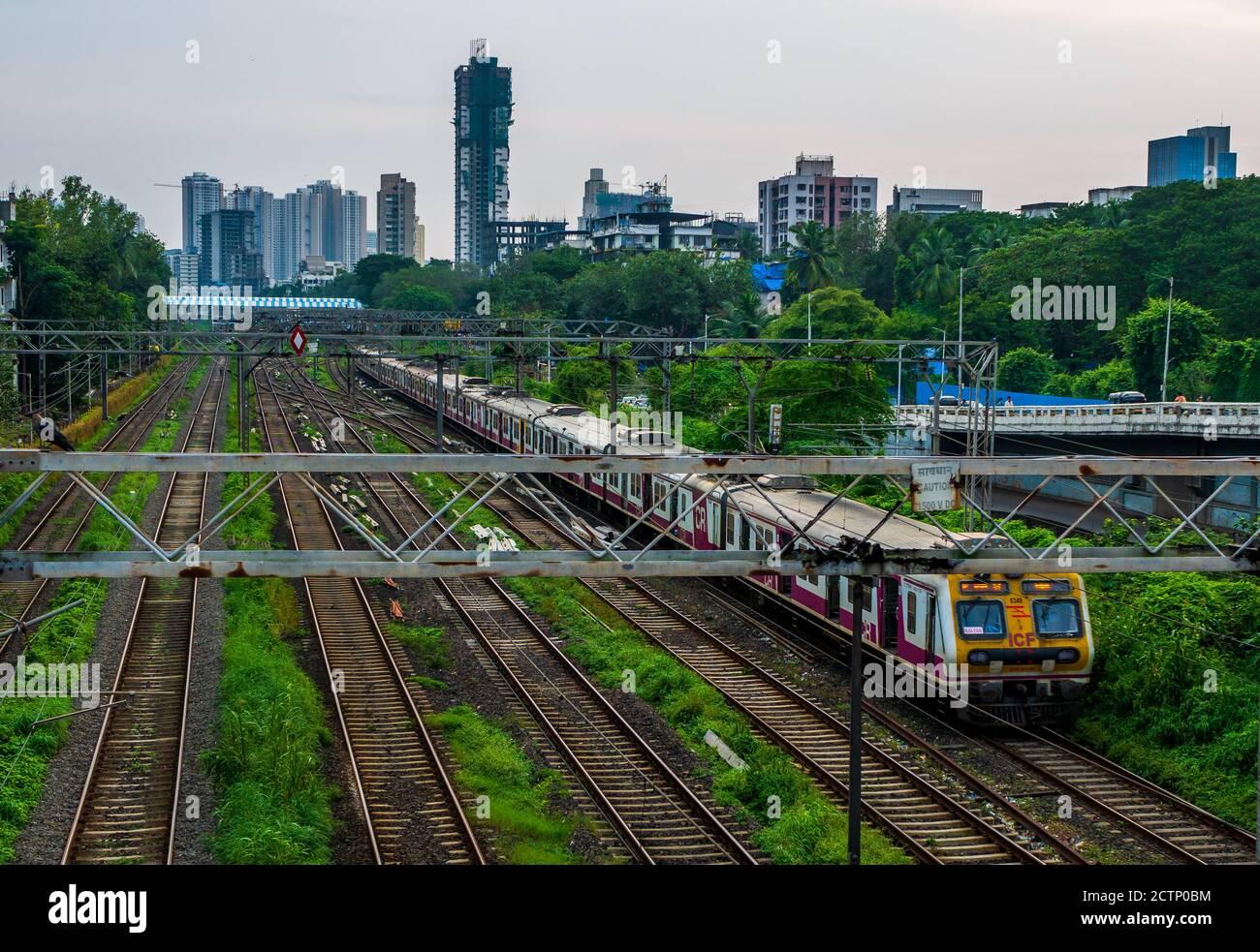MUMBAI, INDE - le 20 septembre 2020 : Mumbai Suburban Railway, l'un des systèmes de trains de banlieue les plus fréquentés au monde ayant le plus de surpeuplement Banque D'Images