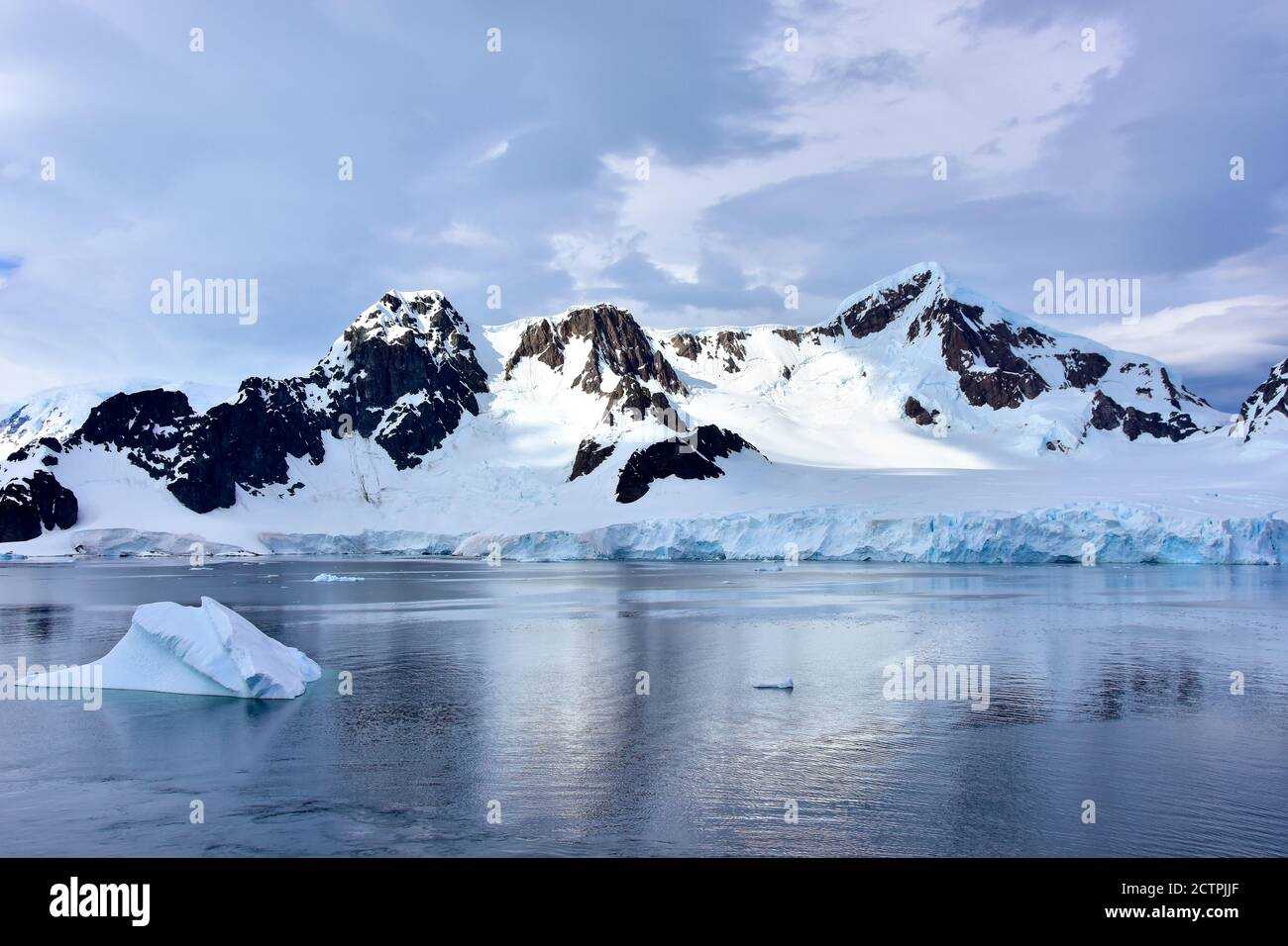 Iceberg flottant devant l'île d'Elephant, Antarctique. Banque D'Images
