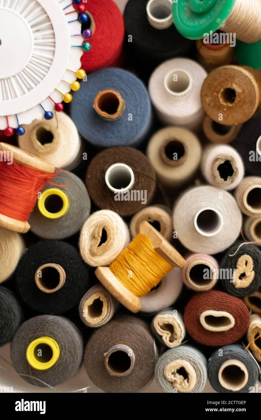 Vue rognée de différents moulins à coton colorés, thèmes de couture Banque D'Images