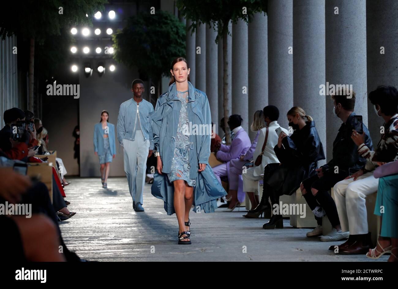 Les modèles présentent des créations de la collection Boss Spring/Summer 2021 pour hommes et femmes pendant la semaine de la mode à Milan, Italie, le 25 septembre 2020. REUTERS/Alessandro Garofalo Banque D'Images