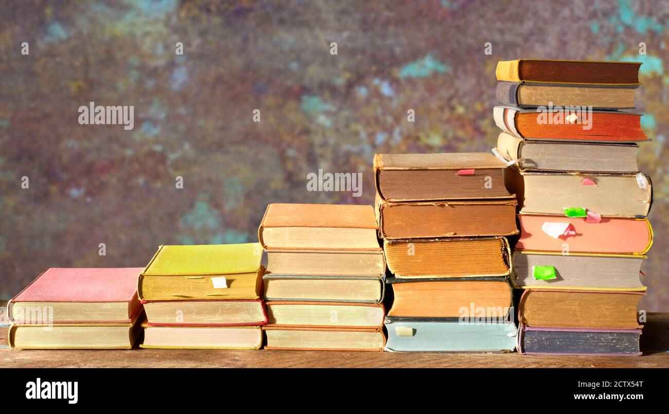 Piles de livres multicolores. Lecture,littérature,éducation,bibliothèque,concept de bureau à domicile,arrière-plan grundy,espace de copie Banque D'Images