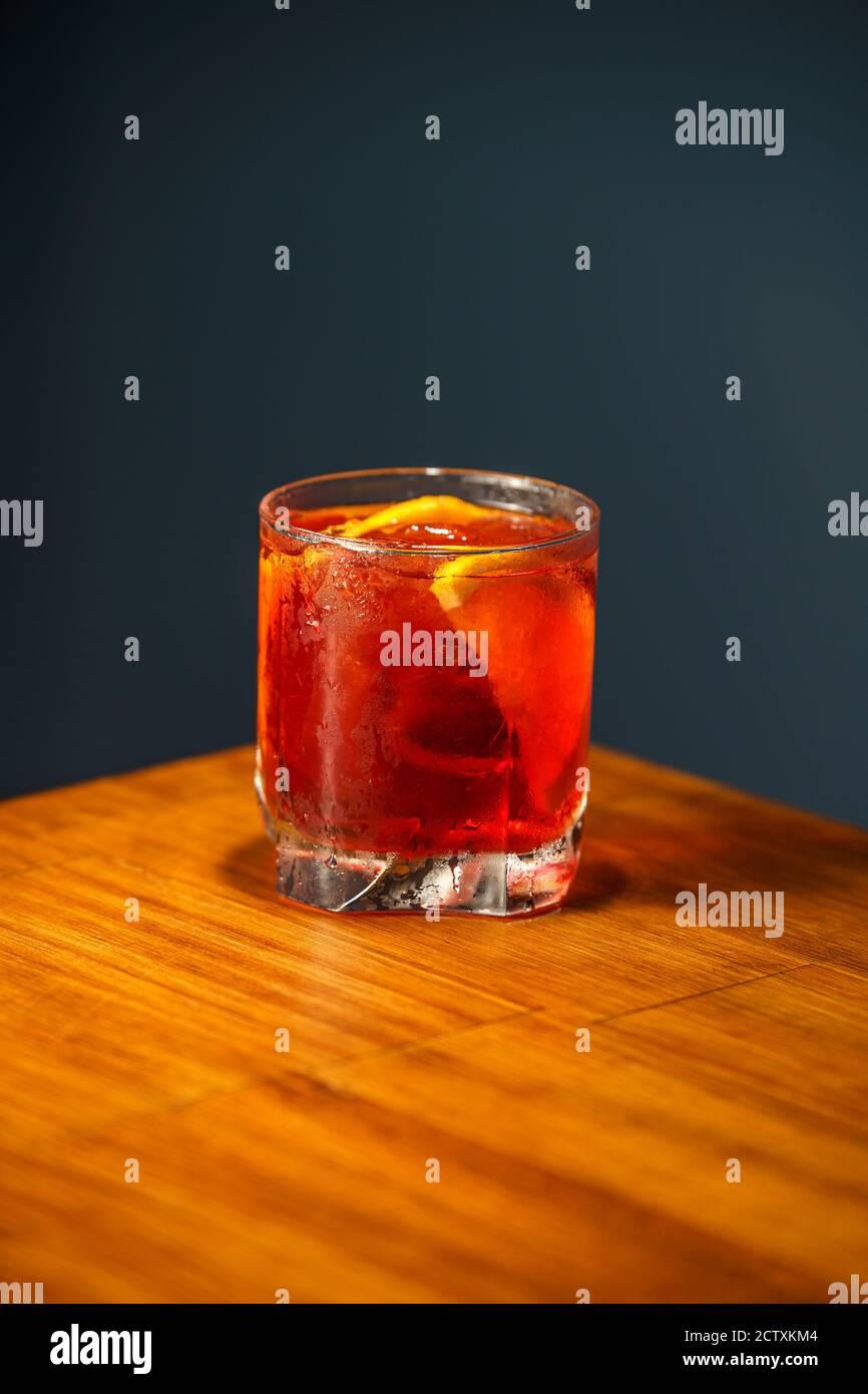 Cocktail Negroni. Gin, Campari et Martini Rosso. Cocktail sur le bar en bois. Banque D'Images