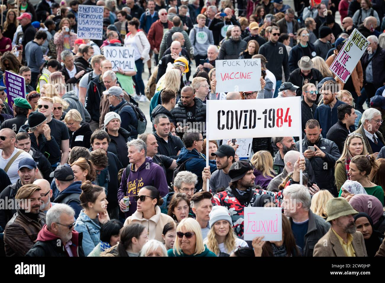 Londres, Royaume-Uni. 26 septembre 2020. Les manifestants Unis pour la liberté se réunissent à Trafalgar Square pour contester la loi sur le coronavirus, adoptée six mois plus tôt. Un confinement a été imposé le 23 mars pour empêcher la propagation de COVID19. Les restrictions ont été assouplies au cours de l'été, mais ces dernières semaines, le nombre de nouveaux cas augmente, ce qui a fait que le gouvernement impose un couvre-feu à l'industrie de l'accueil pour essayer de prévenir la propagation du virus. Credit: Andy Barton/Alay Live News Banque D'Images