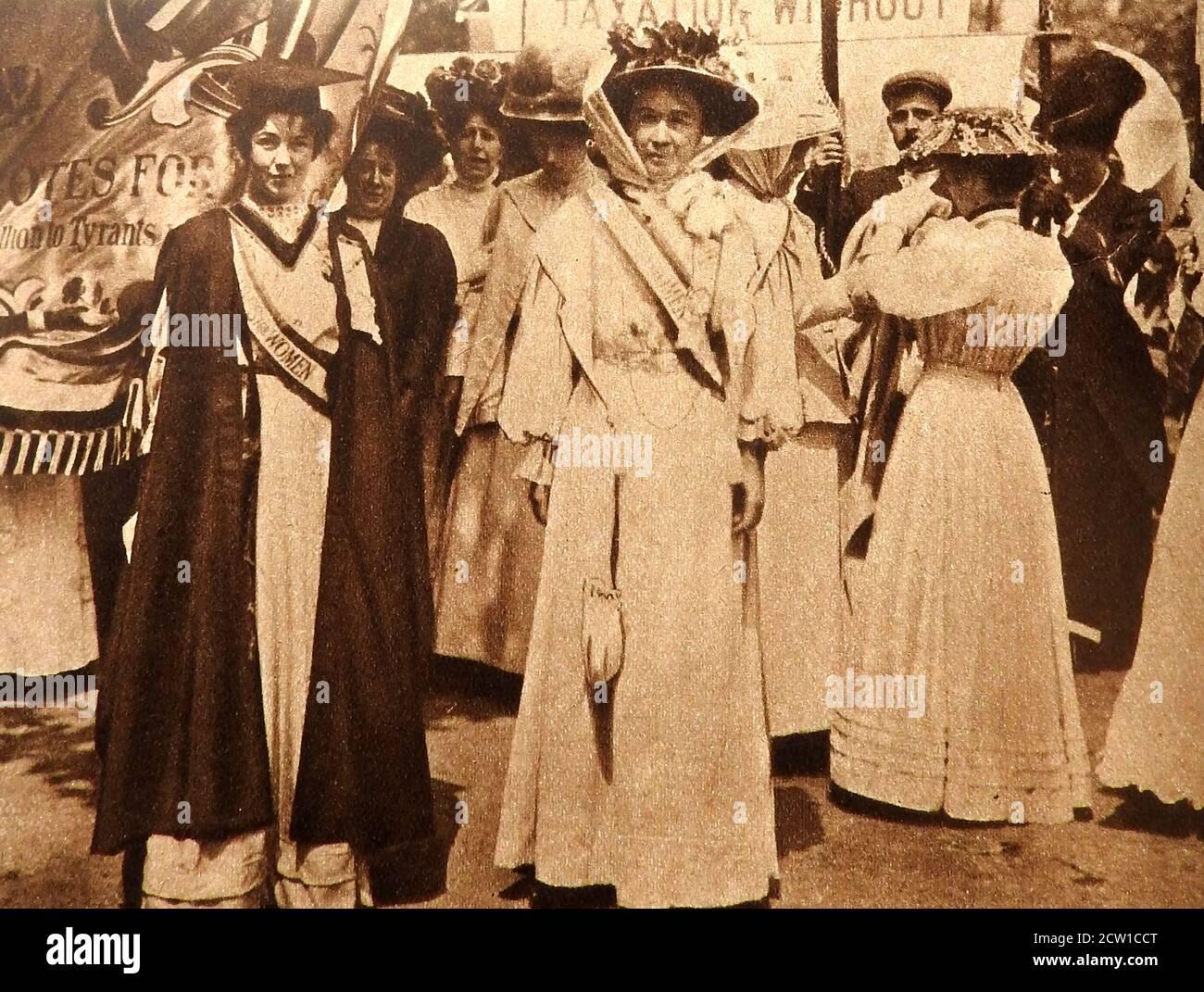 1908 SUFFRAGETTES - 'Martyrs' Mme Pankhurst et Emmeline Pethick-Lawrence assistent à la manifestation du dimanche des femmes à Londres le 21 juin 1908 pour persuader le gouvernement libéral de soutenir les votes pour les femmes. Banque D'Images