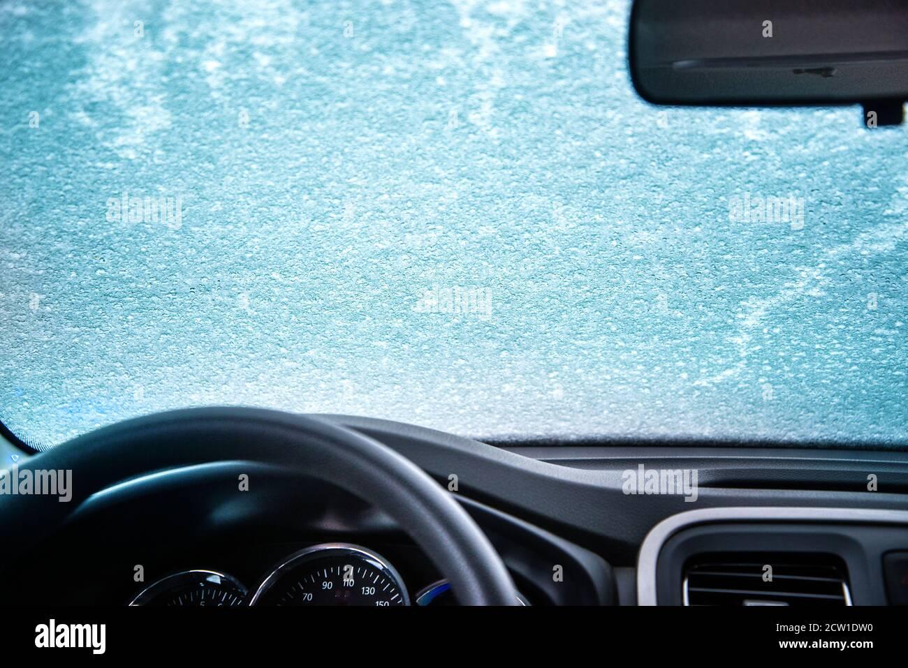 Pare-brise gelé de la voiture. Fenêtre de voiture sous une couche de neige. Vue interne Banque D'Images