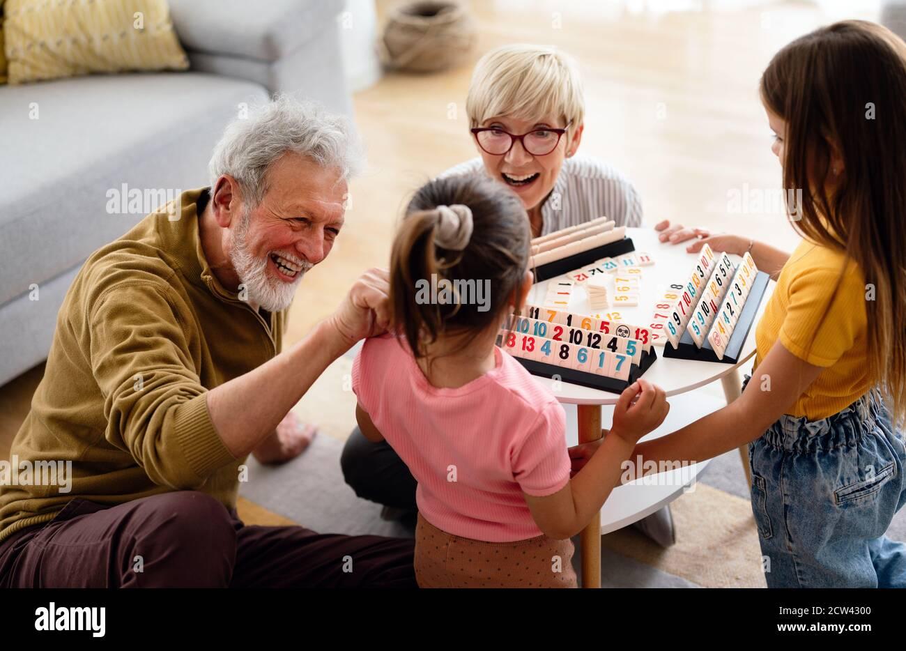 Les petits-enfants s'amusent à la maison tout en jouant avec leurs grands-parents Banque D'Images