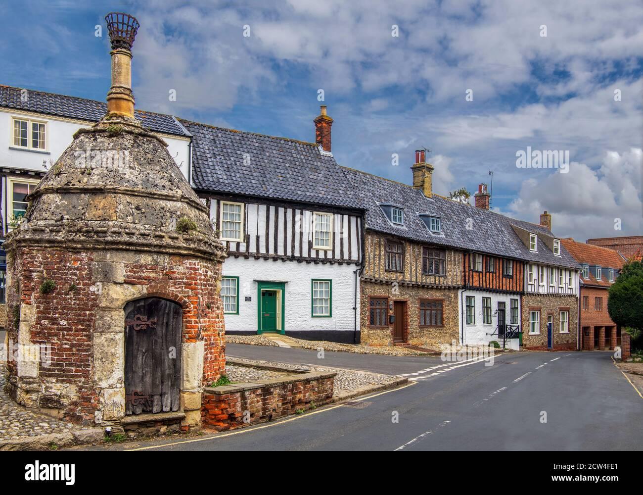 Maisons et ancien village pompe Common place Little Walsingham Village Norfolk, Angleterre Banque D'Images