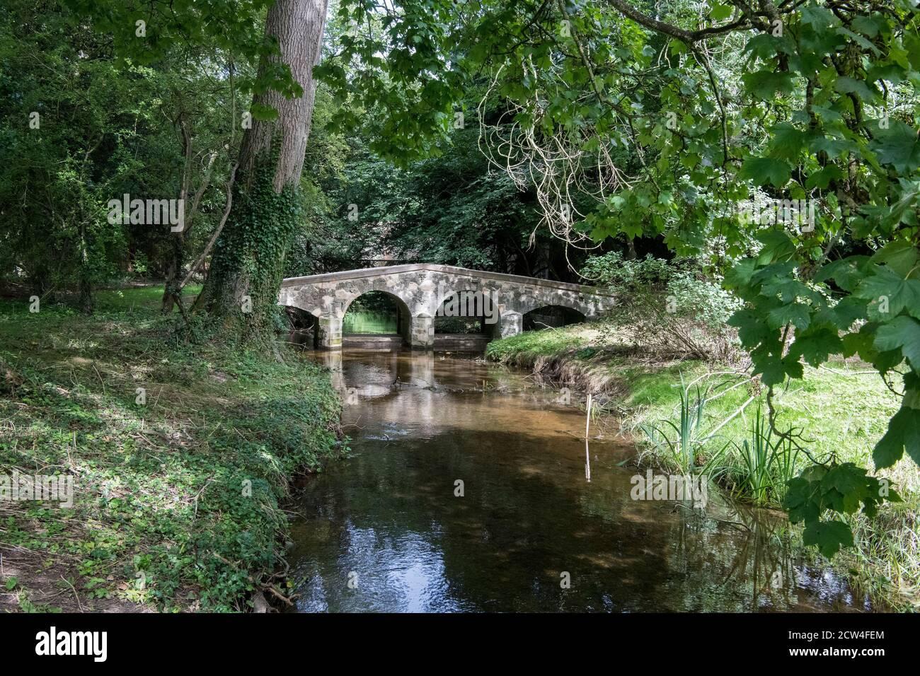 Pont de Pack Horse traversant la rivière raidisseur Little Walsingham Norfolk Banque D'Images