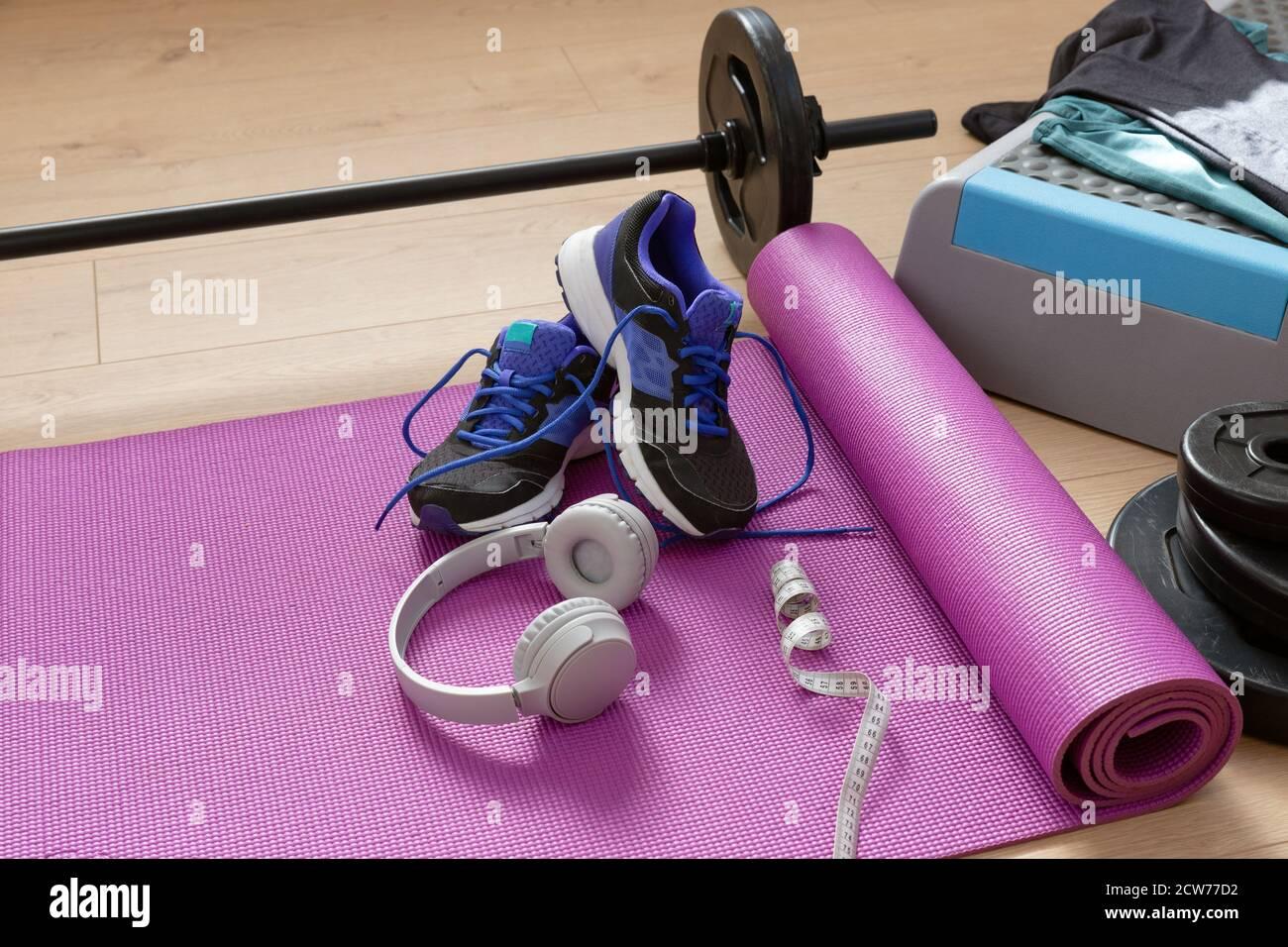 Les outils de fitness vous permettent de faire du yoga sur un sol en bois et de profiter d'un éclairage naturel. Concept de vie saine. Banque D'Images