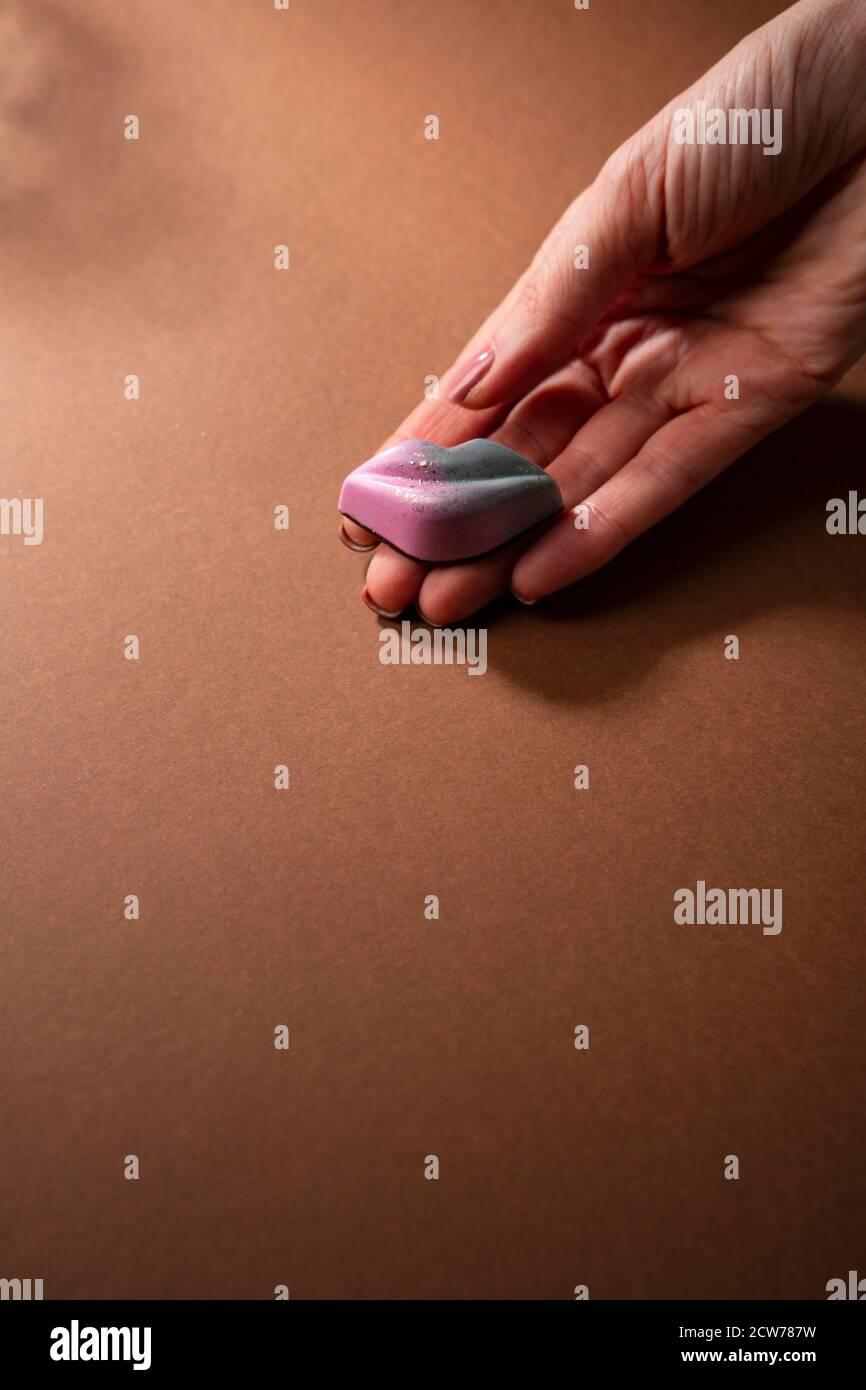 Bonbons en forme de lèvres dans les mains Banque D'Images
