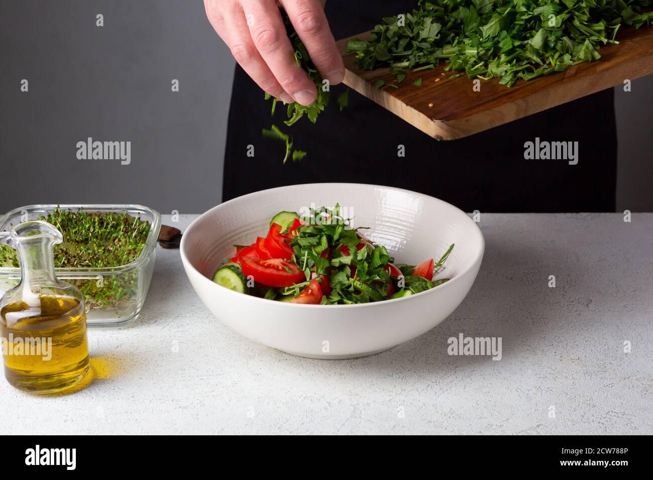 Grande table blanche de bowlon pour salade, cuisine à la maison Banque D'Images