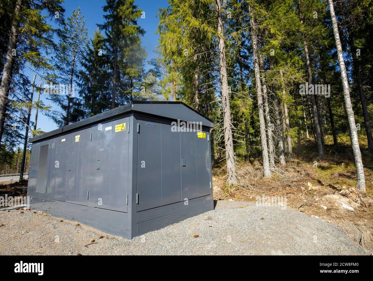 Nouvelle sous-station européenne de transformateur d'électricité dans la forêt à été , Finlande Banque D'Images