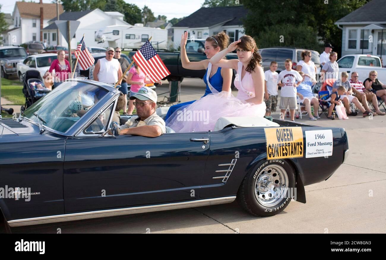 Maquoketa, Iowa. 1er août 2008 : les adolescents participant à la reine de la foire du comté de Jackson font un tour convertible lors du défilé annuel de la foire dans le centre-ville de Maquoketa. ©Bob Daemmrich Banque D'Images