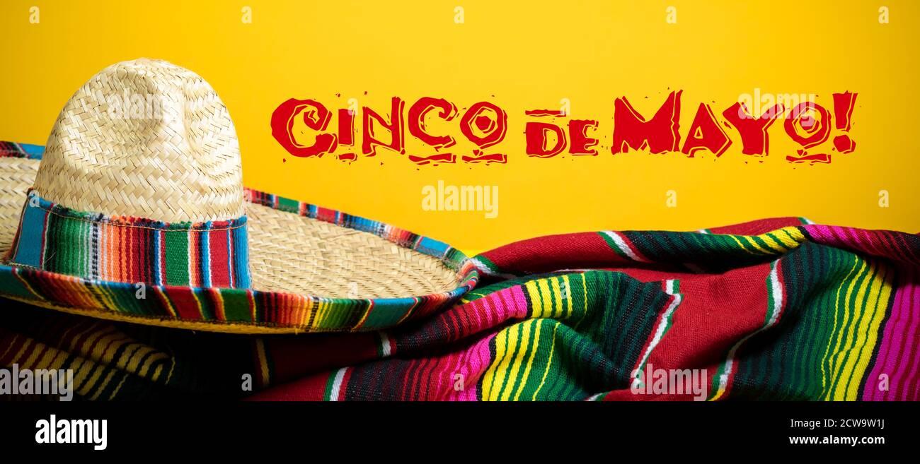 Couverture de serpent mexicain et sombrero sur fond jaune avec Cinco de Mayo. Banque D'Images