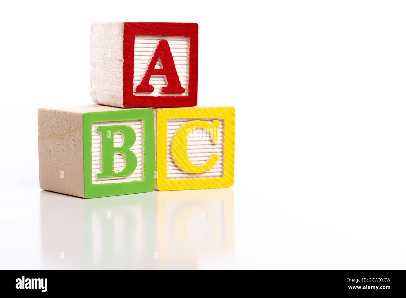 Blocs ABC en bois sur fond blanc Banque D'Images