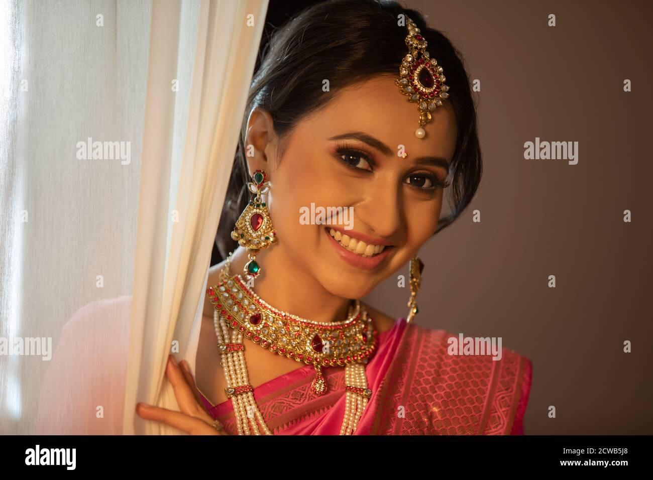 Belle mariée souriante du rideau Banque D'Images