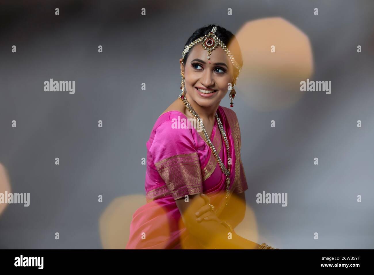 Portrait d'une dame dans une belle saree rose souriante Banque D'Images