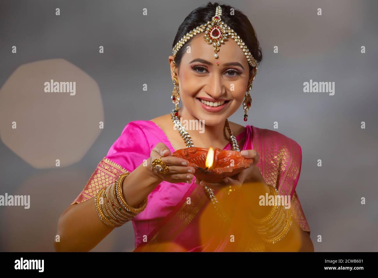 Portrait d'une femme tenant une diya à l'occasion De Diwali Banque D'Images